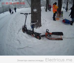 Электросамокат зимой на снегу